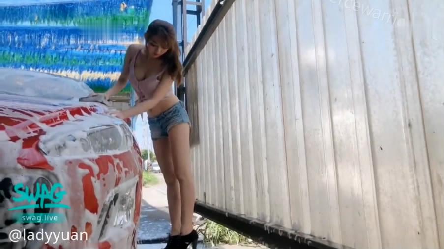 剧情演绎路边洗车店大长腿漂亮气质美女洗车工小妹不小心把车漆刮了为了拟补损失只好用身体赔偿国语对白